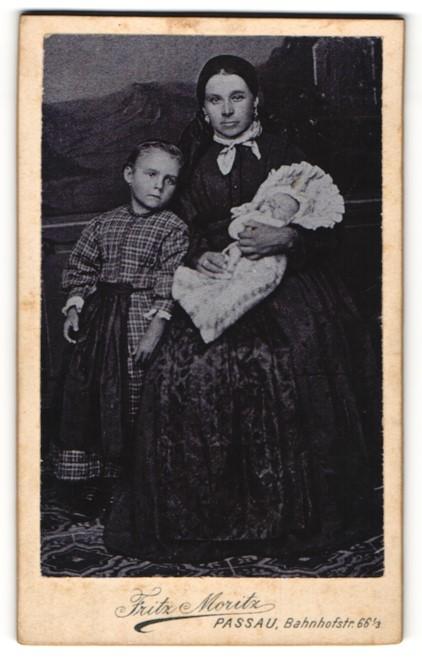 Fotografie Fritz Moritz, Passau, Portrait Mutter mit Säugling und Tochter