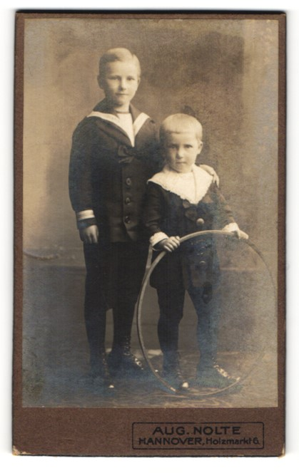 Fotografie Aug. Nolte, Hannover, Kinder mit Holzreifen