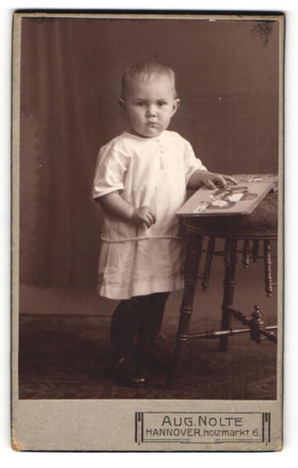 Fotografie Aug. Nolte, Hannover, Kleinkind mit Bilderbuch