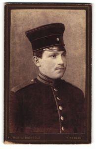 Fotografie Moritz Buchholz, Berlin, Portrait Soldat in Uniform mit Schirmmütze