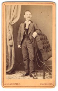 Fotografie Joh. N. Kreutzer, Kaufbeuren, Portrait Herr in Anzug