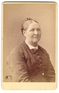 Fotografie unbekannter Ort und Fotograf, Portrait ältere Dame mit geflochtenem Haar