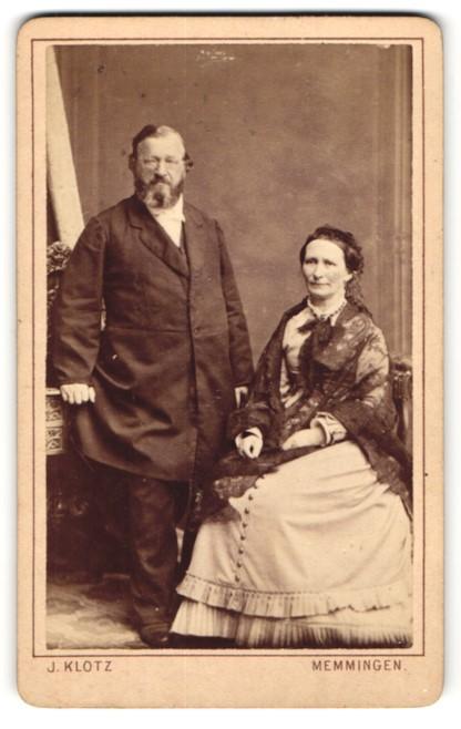 Fotografie J. Klotz, Memmingen, Portrait gutbürgerliches älteres Paar