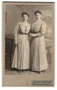 Fotografie Joseph Werner, München, Portrait zwei junge Damen in identischem Kleid