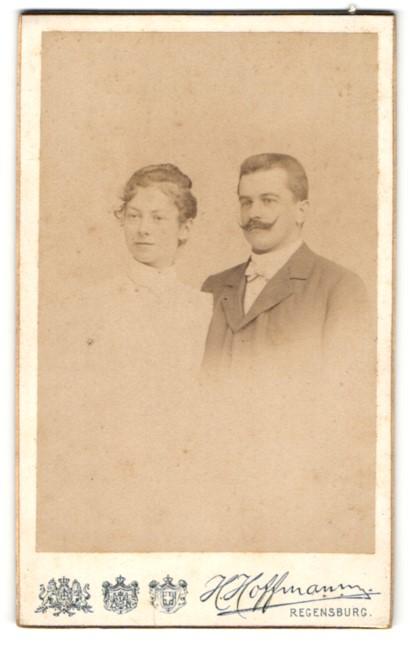 Fotografie H. Hoffmann, Regensburg, Portrait bürgerliches junges Paar