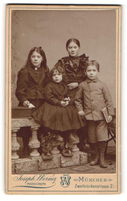 Fotografie Joseph Werner, München, Portrait drei Mädchen und Knabe
