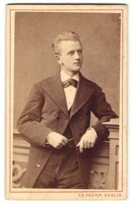 Fotografie Th. Prümm, Berlin, Portrait junger Herr in Anzug