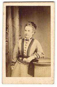 Fotografie unbekannter Fotograf und Ort, Portrait junge Dame mit geflochtenem Haar