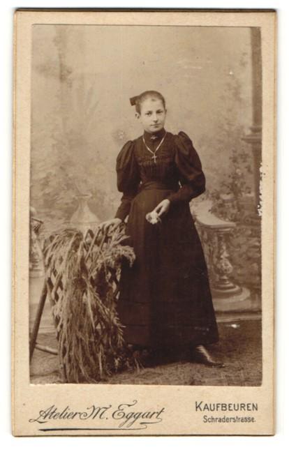 Fotografie M. Eggart, Kaufbeuren, Portrait Mädchen in festlichem Kleid