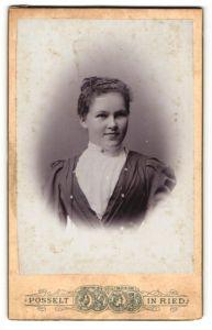 Fotografie Posselt, Ried, Portrait hübsches Fräulein mit zurückgebundenem Haar