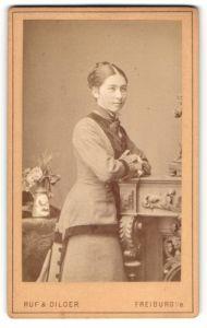 Fotografie Ruf & Dilger, Freiburg i/B, Portrait hübsches Fräulein mit geflochtenem Haar