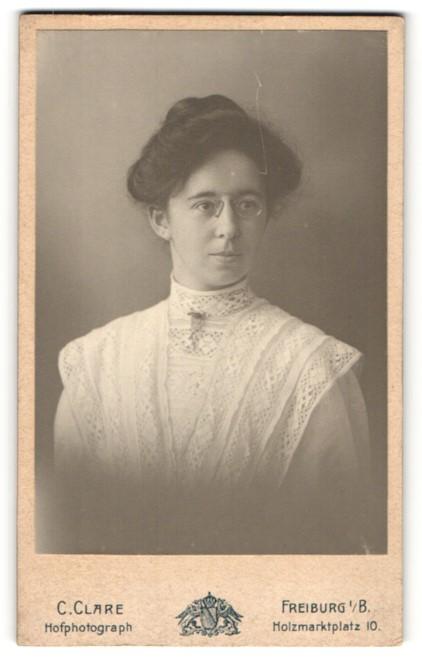 Fotografie C. Clare, Freiburg i/B, Portrait bürgerliche junge Dame mit Zwicker