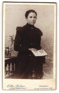 Fotografie Otto Böhm, Passau, Portrait Mädchen in schwarzem Kleid