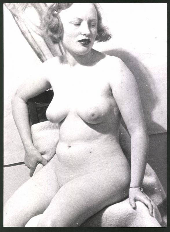 Fotografie Ludwig Geier, Aktmodel, Frauenakt, nackt blonde Hausfrau in sitzender Pose
