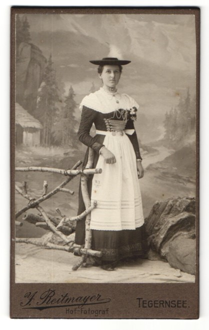 Fotografie J. Reitmayer, Tegernsee, hübsche Dame trägt bayerische Tracht