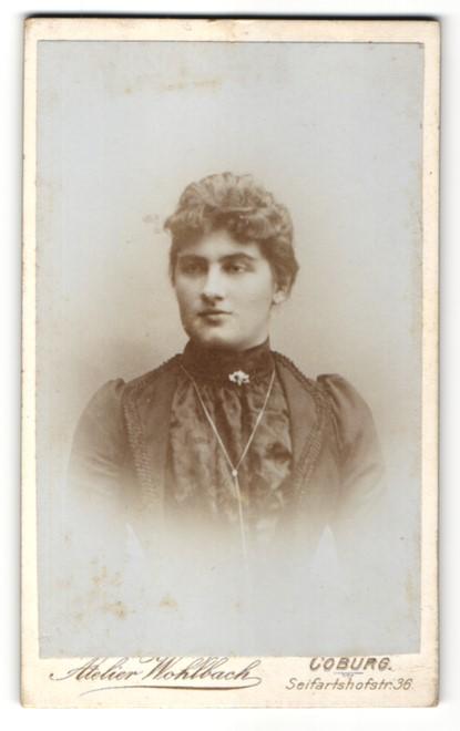 Fotografie Atelier Wohlbach, Coburg, Portrait Dame mit Halskette trägt schwarzes Kleid