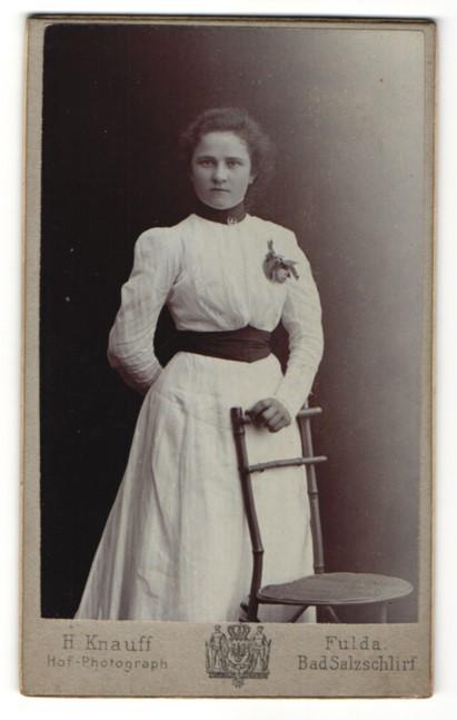 Fotografie H. Knauff, Fulda, hübsche junge Dame im weissen Kleid