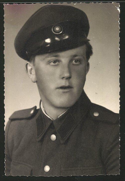 Fotografie Portrait Soldat der NVA in Uniform mit Schirmmütze