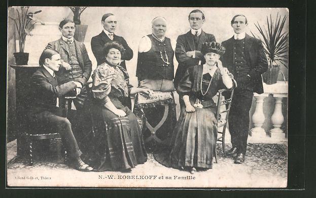 AK N. W. Kobelkoff et sa Famille, Behinderter Mann ohne Arme und Beine mit Familie