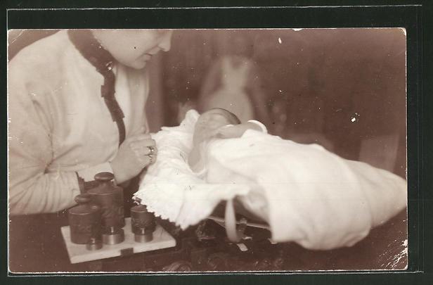 Foto-AK Säugling auf Waage
