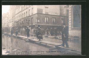 AK Paris, La Grande Crue de la Seine 1910, Inondation du bas de la Rue du Bac..., Hochwasser