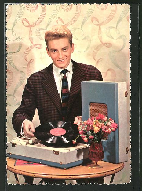 AK Junger Mann mit tragbarem Plattenspieler