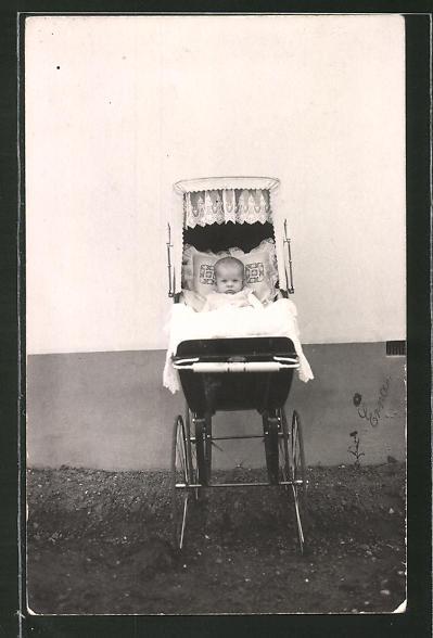 Foto-AK Kinderwagen mit einem Baby darin