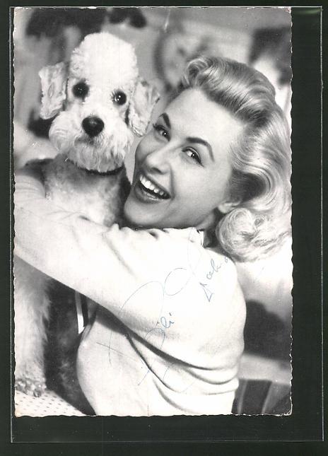 AK Musikerin Bibi Johns lächelnd mit Hund posierend, Autogramm