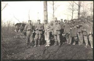 Fotografie 1.WK, deutsche Soldaten neben Feldküche beim Essen fassen