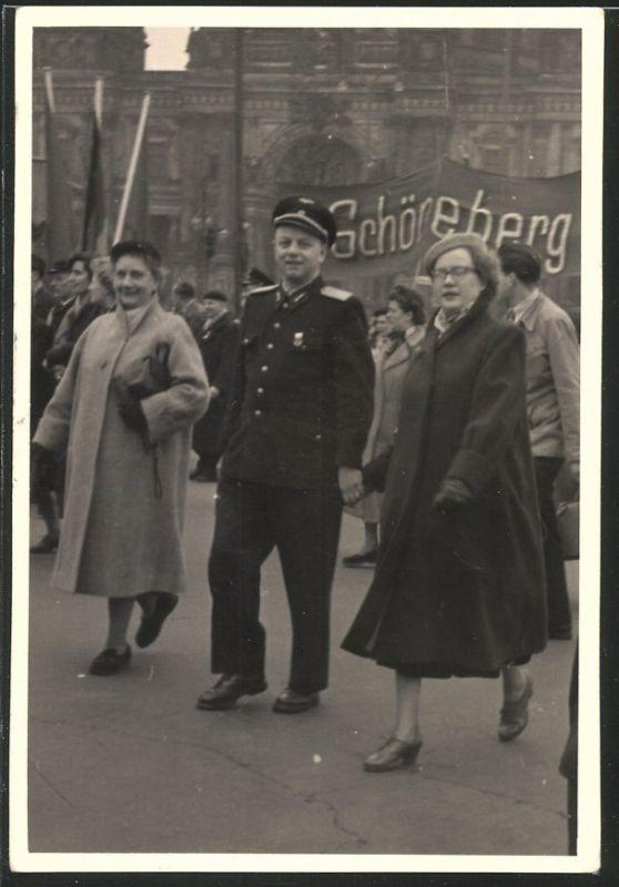 Fotografie Fotograf unbekannt, Ansicht Berlin, NVA Soldat bei einer Kundgebung am Dom 1.Mai 1956