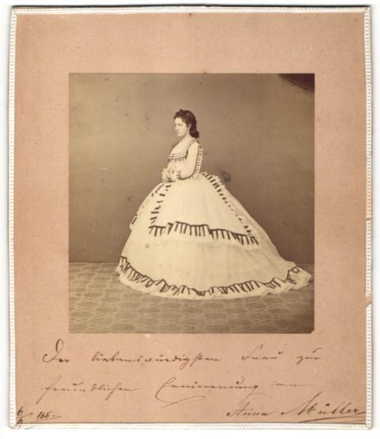 Fotografie Anna Müller im festlichen Kleid, höfisch gekleidet