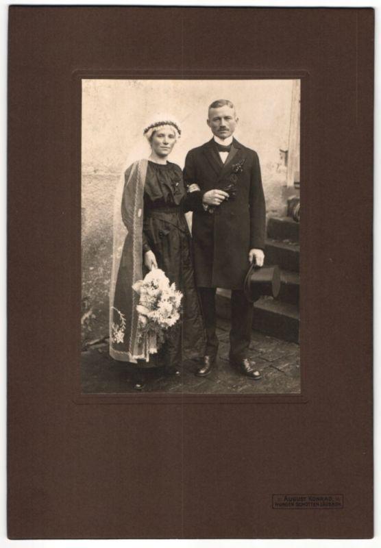 Fotografie August Konrad, Hungen, Hochzeitspaar elegant gekleidet kurz nach der Trauung