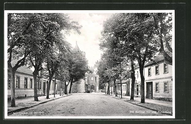AK Mittenwalde, Yorckstrasse mit Berliner Tor und Pulverturm