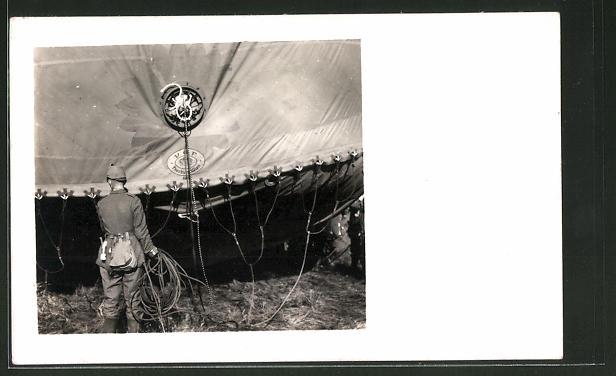 Foto-AK Feldgrauer mit Tschako-Überzug und Ballon, Detailansicht