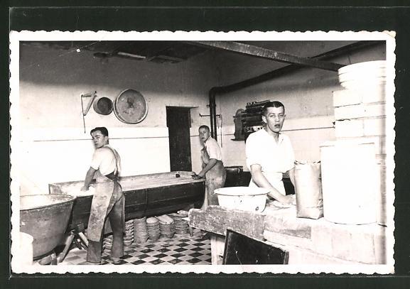 Foto-AK Motiv aus Backstube, Bäcker