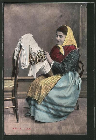 AK Malta, Frau in Tracht beim Klöppeln