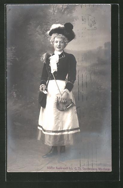 AK Mädchen in Briefträgeruniform mit Posthorn