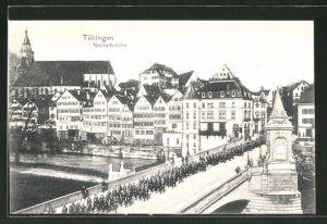 AK Tübingen, Soldaten marschieren über Neckarbrücke