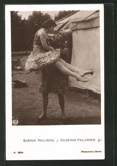 AK Schauspielerin Gudrun Houlberg und Valdemar Psilander posieren vor Zirkuszelt
