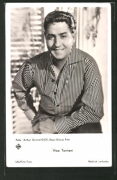 AK Schauspieler Vico Torriani lächelnd im Hemd posierend