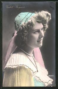 AK Schauspielerin Violet Wegner mit Hut und Halskette posierend