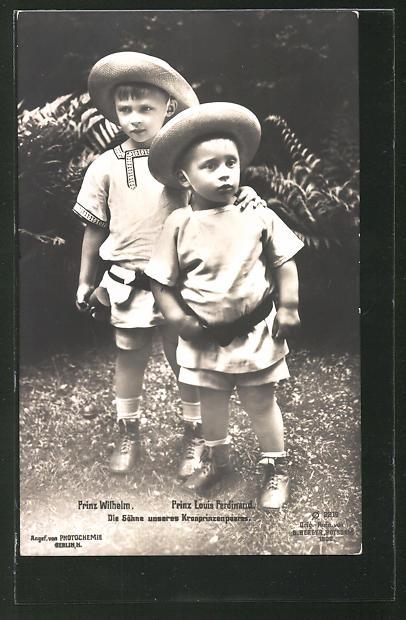 AK Prinz Louis Ferdinand und Prinz Wilhelm, die Söhne des Kronprinzenpaares mit Hut und kurzen Hosen