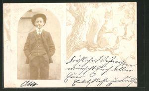 Foto-AK Junger Mann im Anzug mit Zigarette, Passepartout mit Eichhörnchen