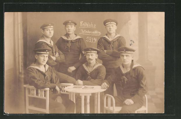 Foto-AK Matrosen sitzen an einem Tisch, Weihnachten, U-Boot-Fahrer