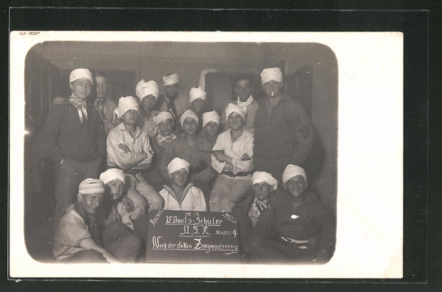 Foto-AK Gruppenbild von Matrosen, U-Boots-Schüler, Klasse 4