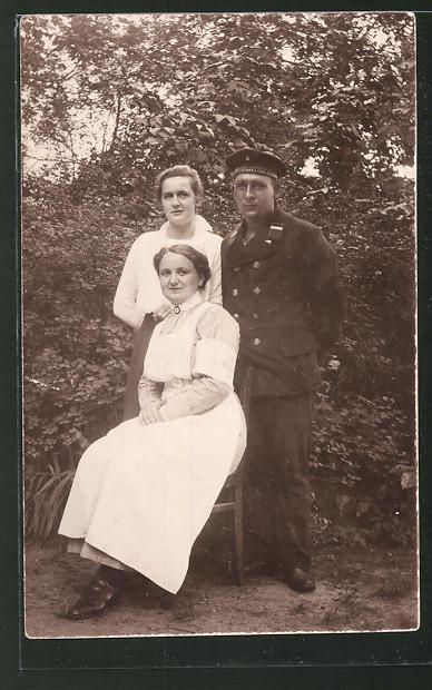 Foto-AK Matrose in Uniform mit Mützenband U-Boot-Flottille steht neben einer Krankenschwester