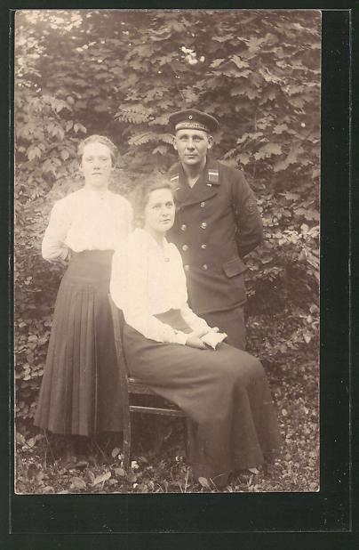 Foto-AK Matrose in Uniform mit Mützenband U-Boot-Flottille steht neben zwei jungen Damen