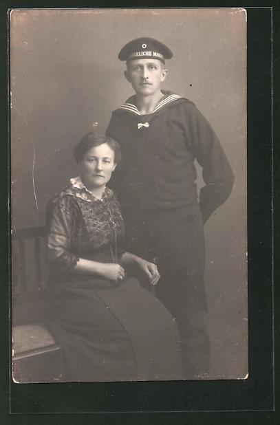 Foto-AK Matrose in Uniform mit seiner Frau