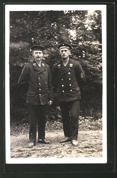Foto-AK Zwei Matrosen in Uniform, U-Boot-Fahrer