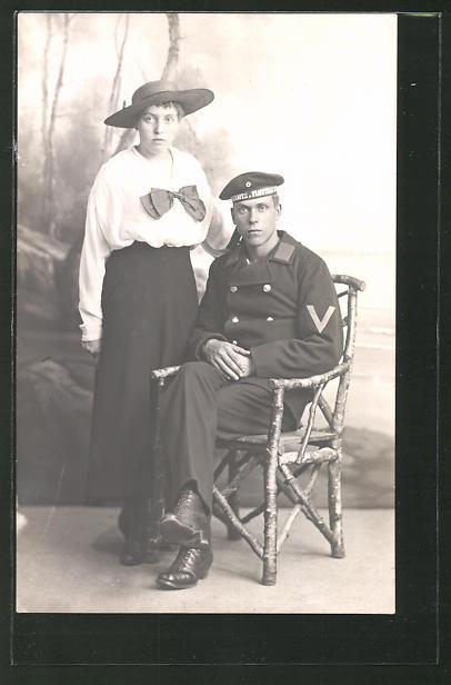 Foto-AK Matrose in Uniform mit seiner Frau, U-Boot-Fahrer